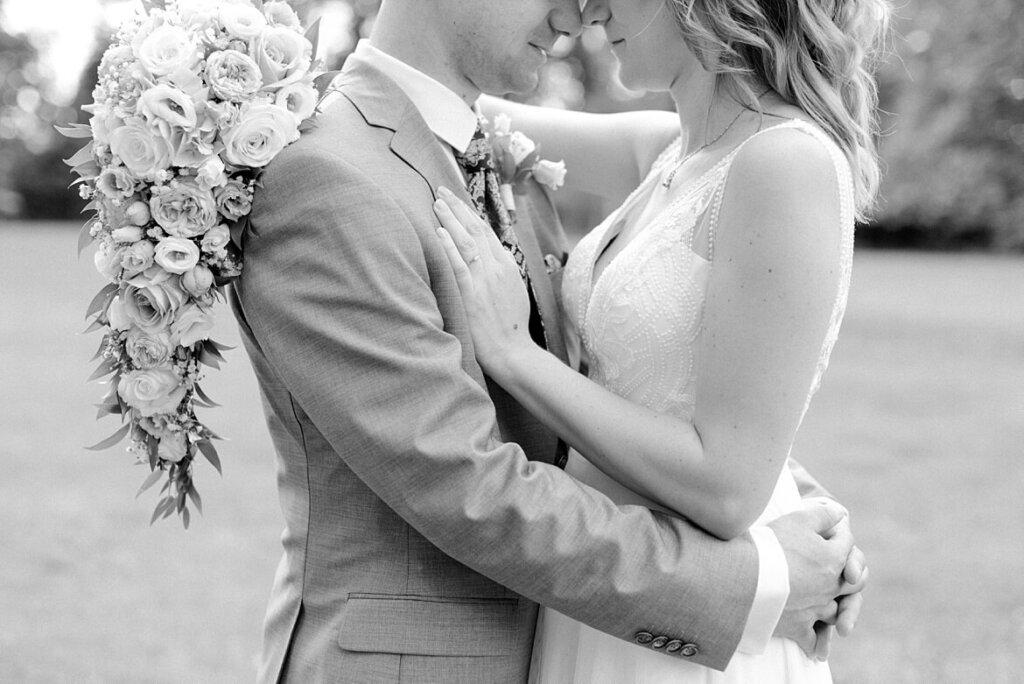 Detailaufnahme von Brautpaar, dass sich umarmt