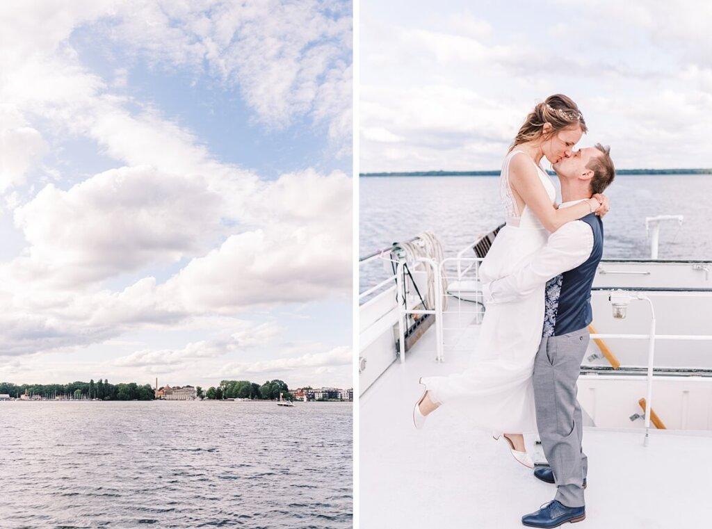 Müggelsee und Brautpaar küsst sich auf Boot