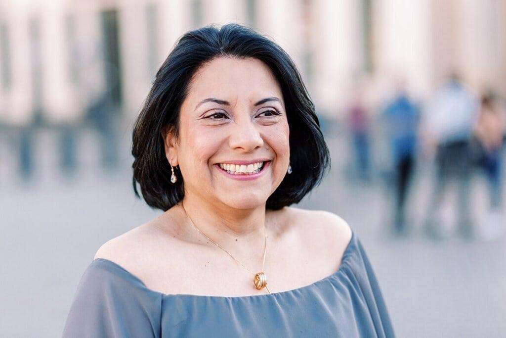Portrait einer Frau mit schwarzen Haaren in Berlin