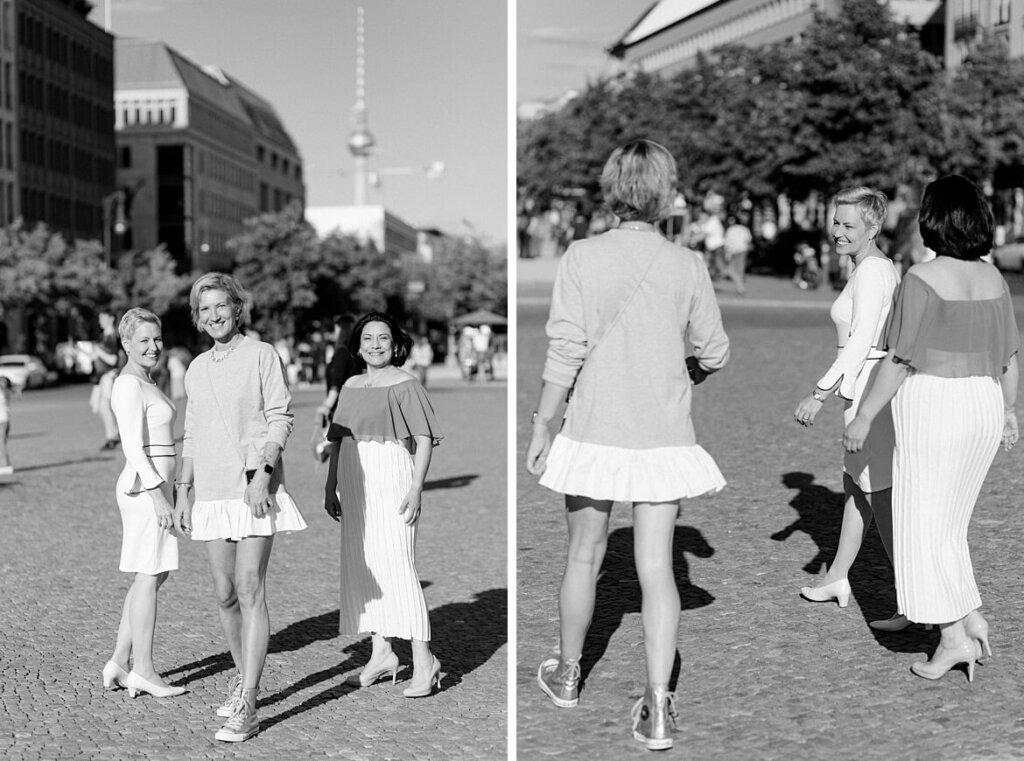 Schwarz weiß Fotos von drei Frauen in der Sonne auf dem Pariser Platz Berlin