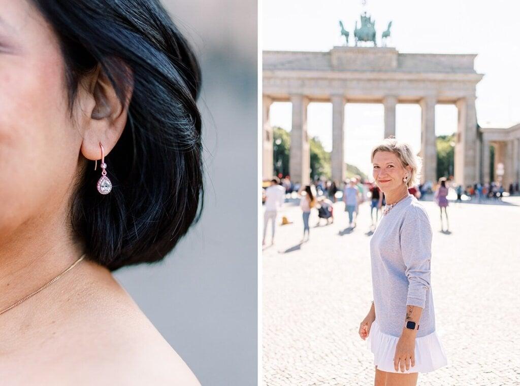 Nahaufnahme eines Ohrrings und Portrait einer Frau vor dem Brandenburger Tor Berlin