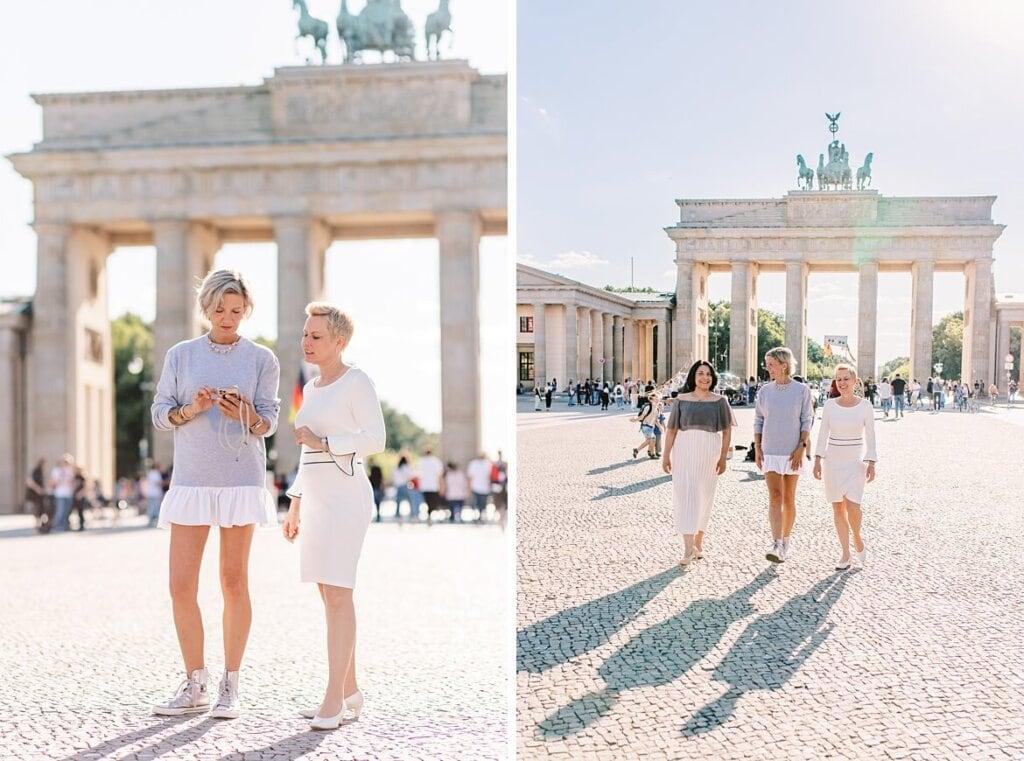 Frauen reden vor dem Brandenburger Tor Berlin