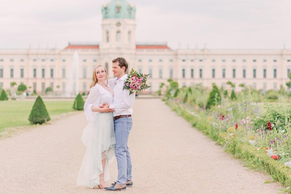 Paar vor dem Schloss Charlottenburg
