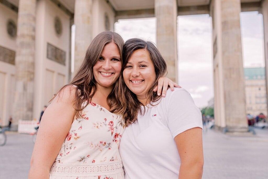 Zwei Freundinnen vor dem Brandenburger Tor Berlin
