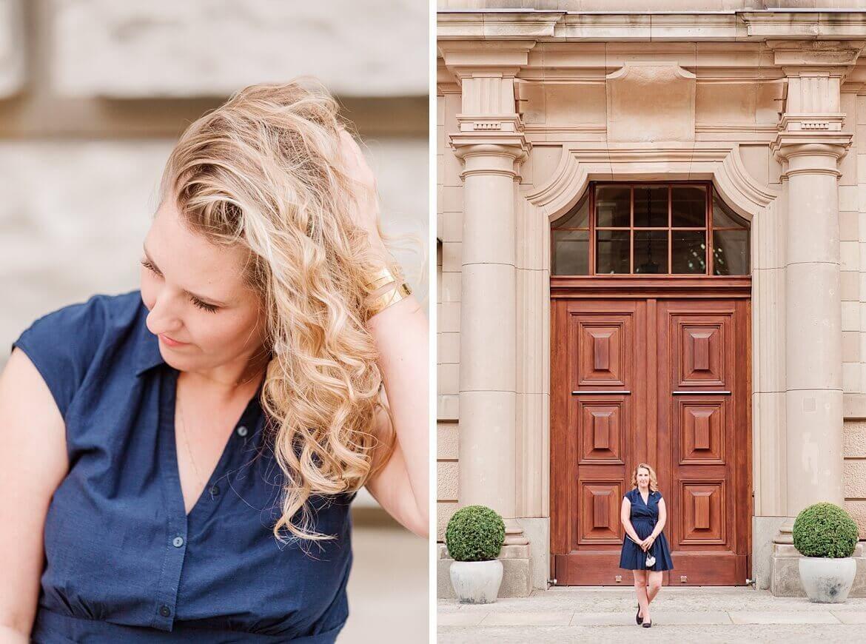 Frau im blauen Kleid vor einer Tür