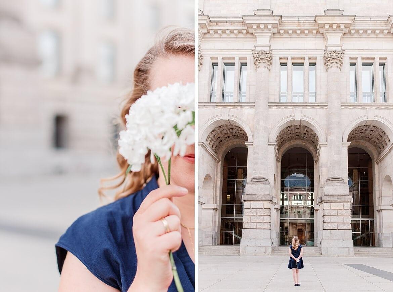 Frau hat Blume vor dem Gesicht und steht vor dem Bundestag Berlin