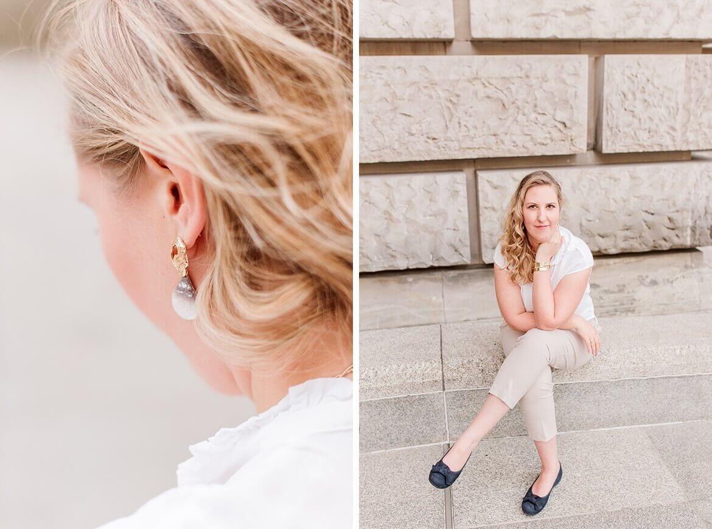 Frau mit blonden Haaren sitzt auf Sandstein