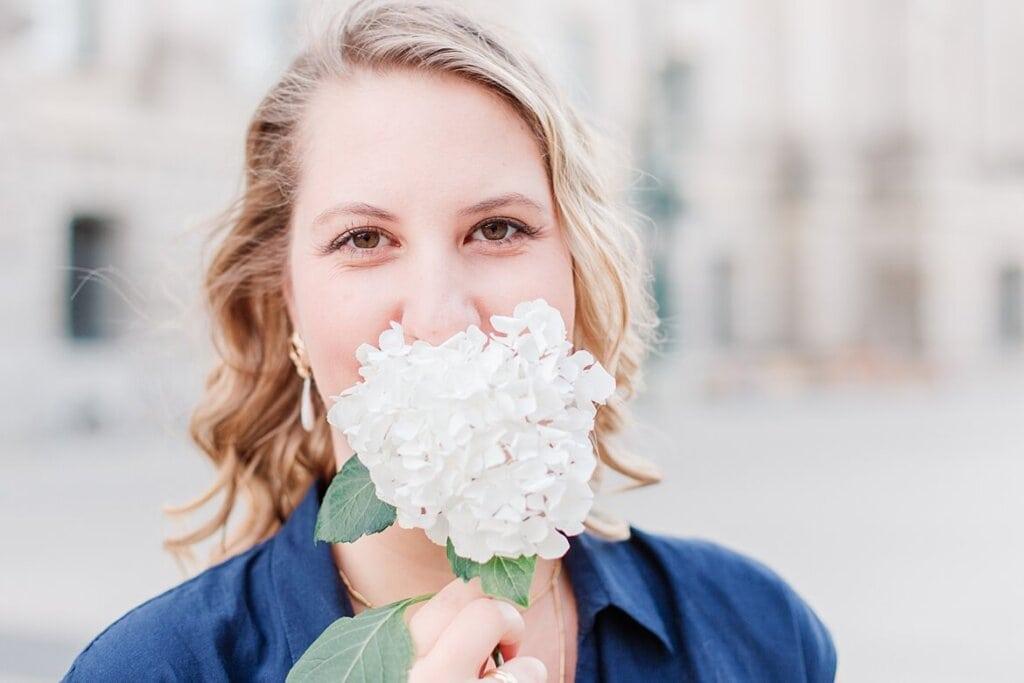 Frau hat Blume vor dem Mund