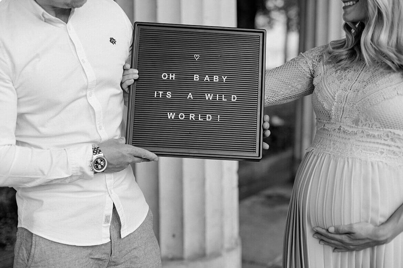 Schild mit Text: Oh Baby it's a wild world