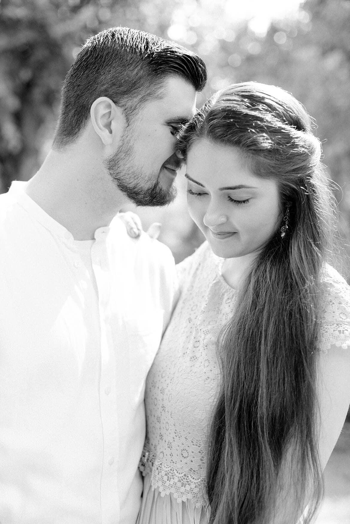 Schwarz Weiß Foto eines verliebten Paares