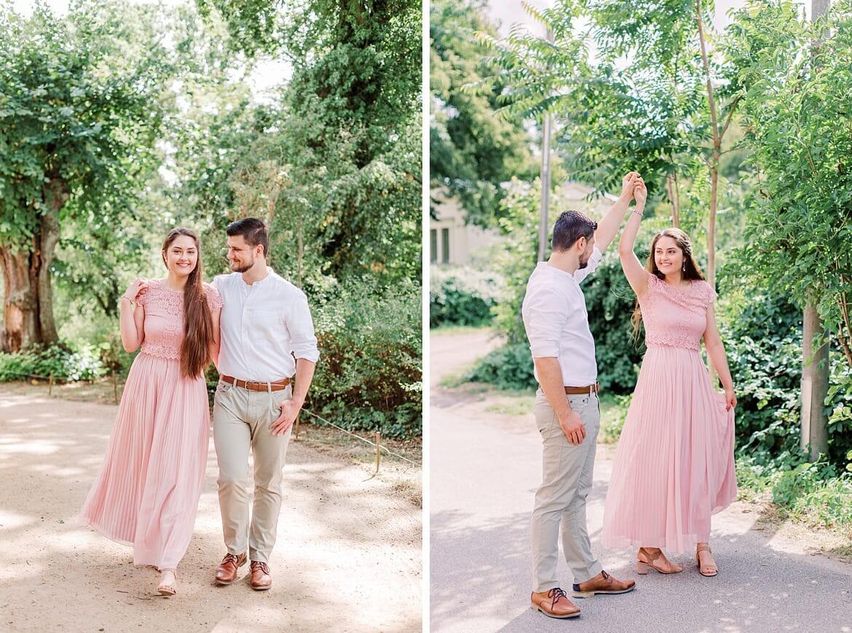 Verliebtes Paar spaziert und tanzt