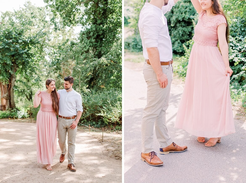 Paar spaziert im Park und tanzt