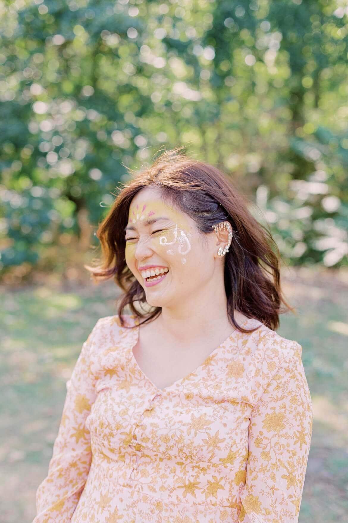 Frau lacht herzhaft im Park