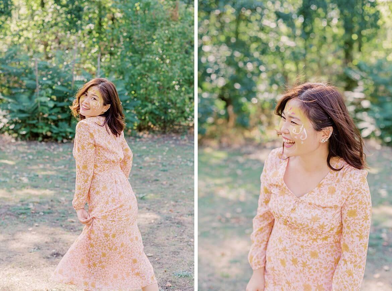Frau lacht im Park