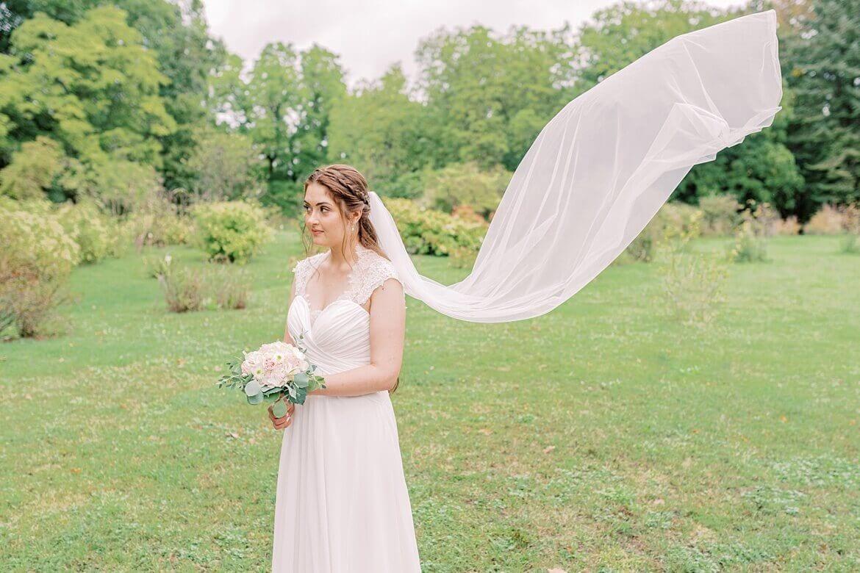 Schleier der Braut schwebt im Wind
