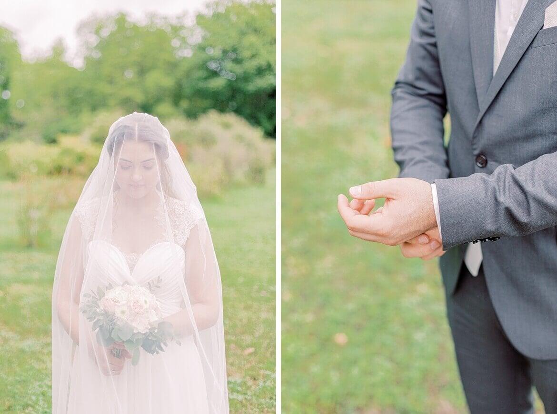 Braut unterm Schleier und Bräutigam richtet Anzug
