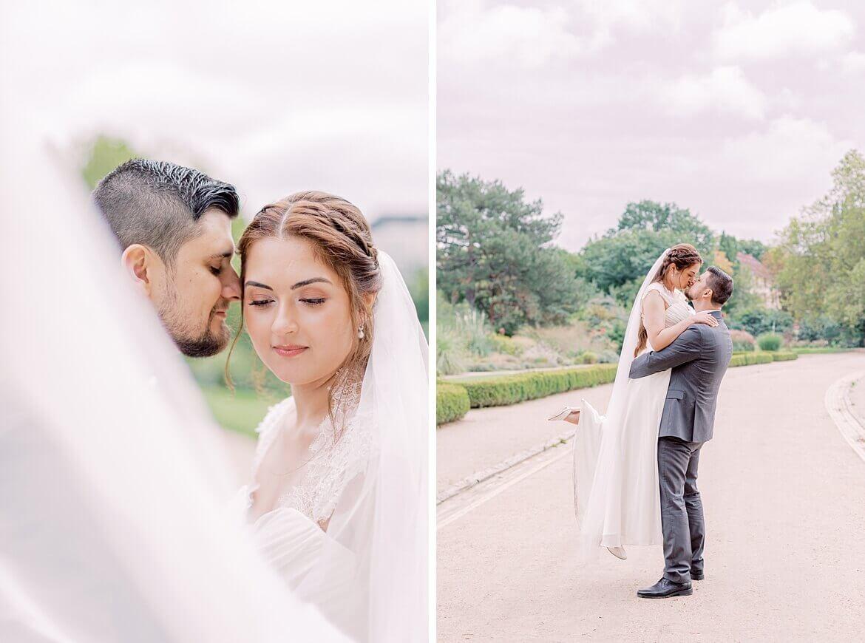 Schleier weht um das Brautpaar