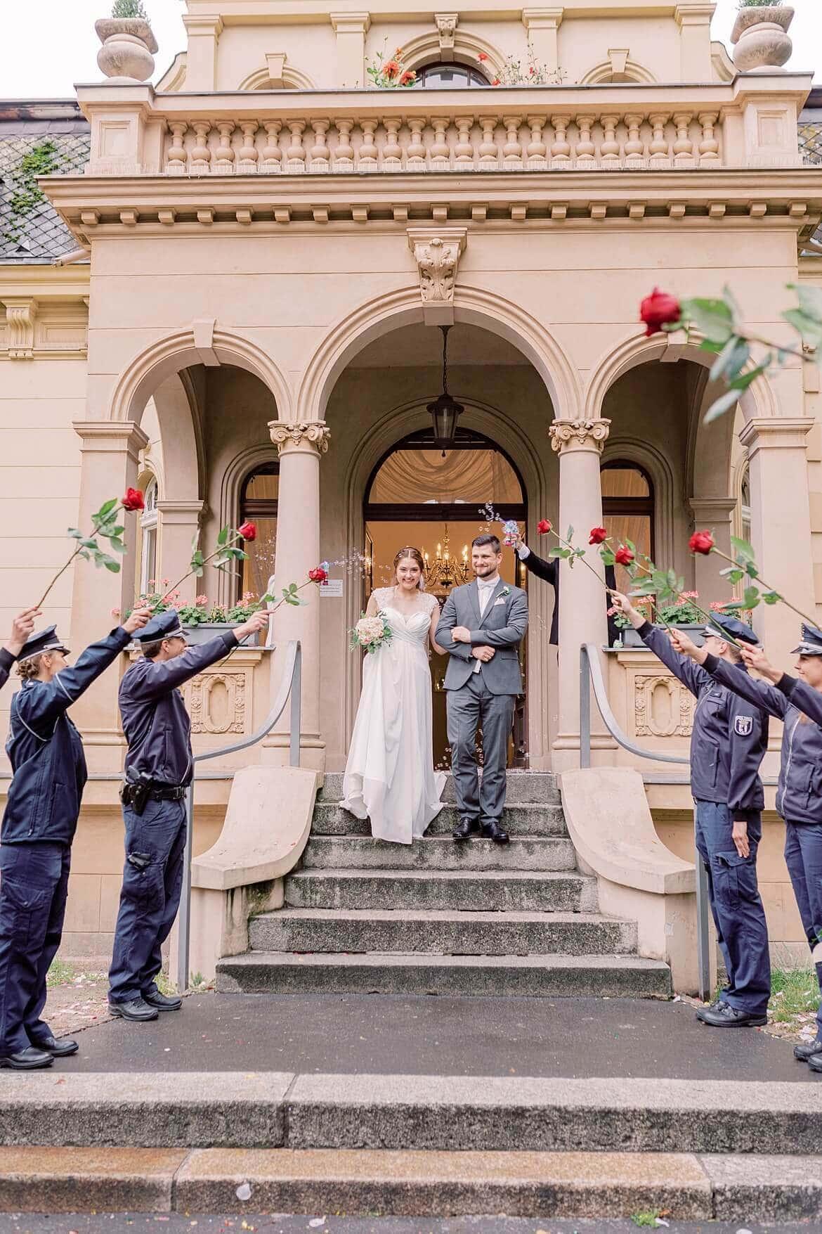 Polizisten bilden Spalier mit roten Rosen vor der Hochzeitsvilla Zehlendorf