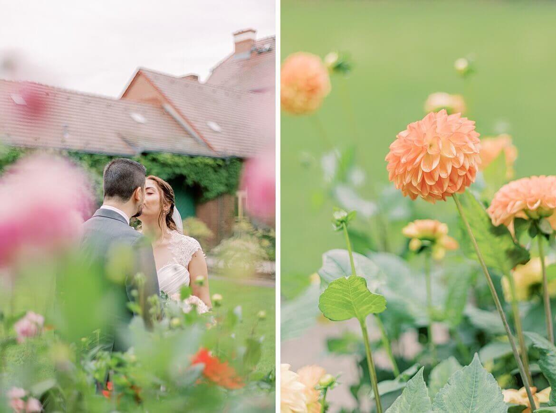 Brautpaar küsst sich mitten in Blumen