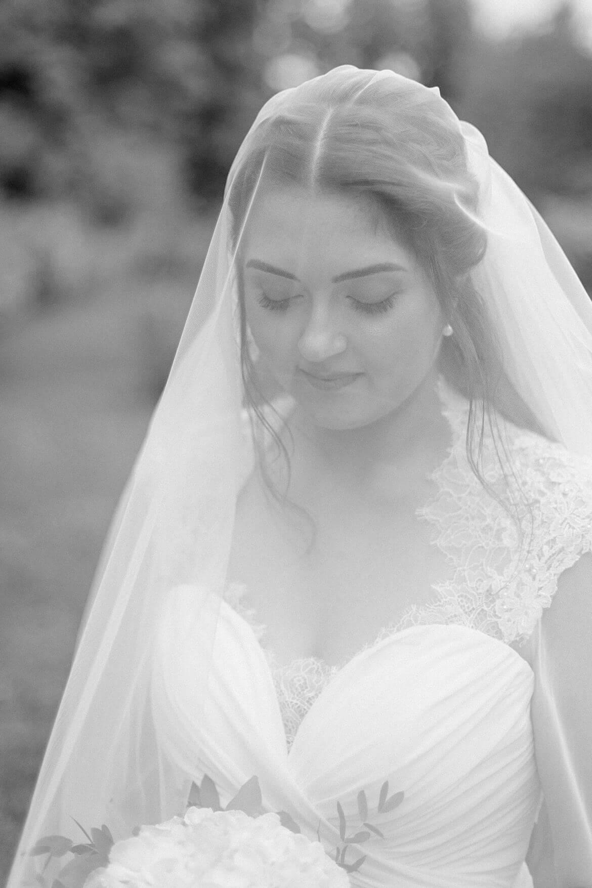 Schwarz Weiß Foto von Braut unter Schleier