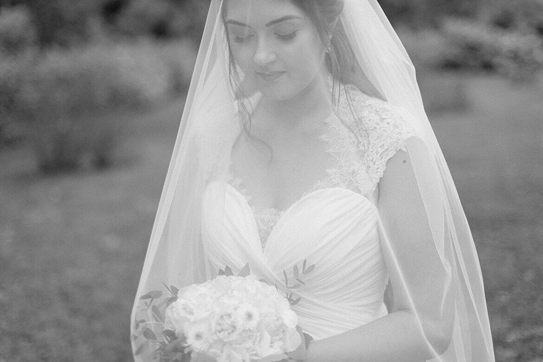 Schwarz Weiß Foto einer Braut unter Schleier