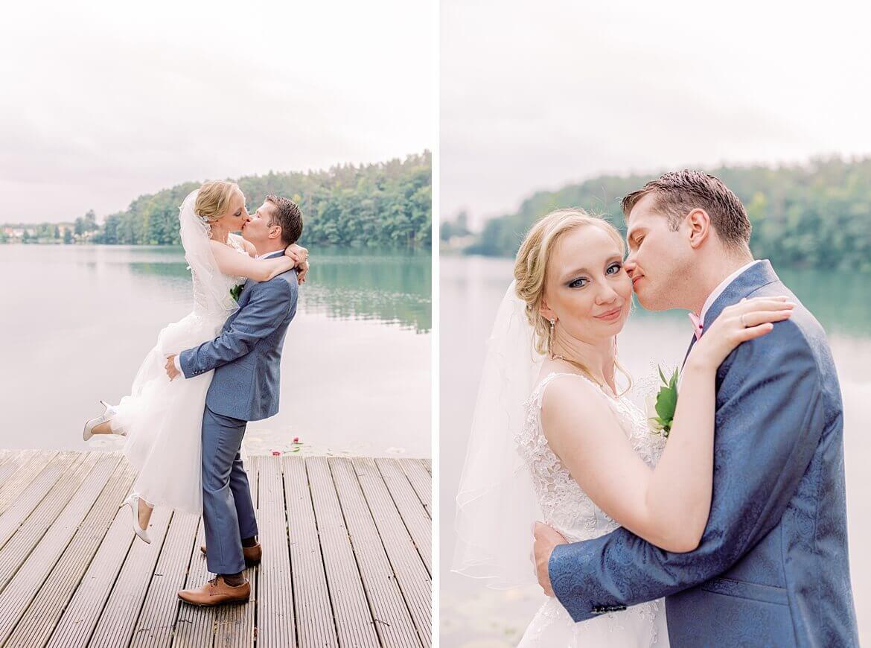 Brautpaar auf einem Steg, küsst sich
