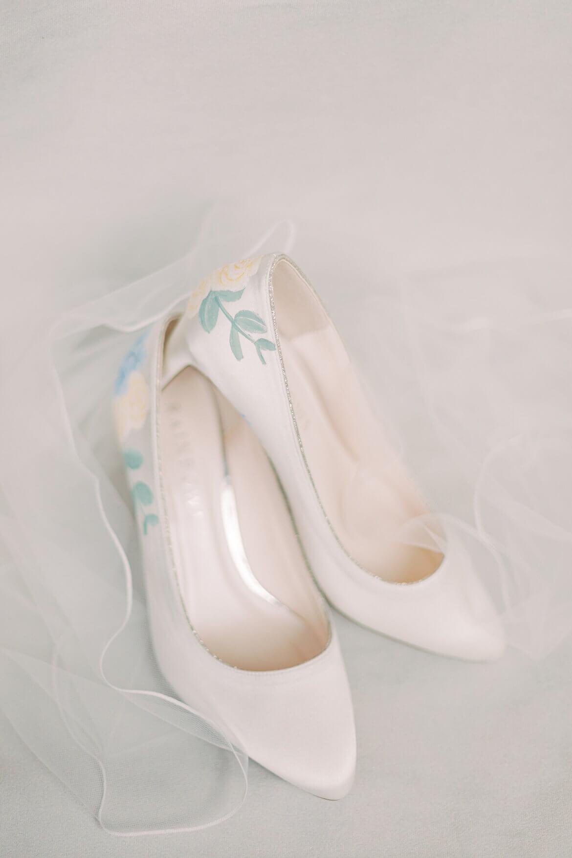 Brautschuhe mit gemalten Hortensien
