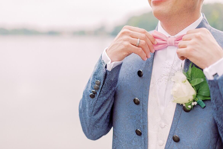 Bräutigam richtet seine Schleife