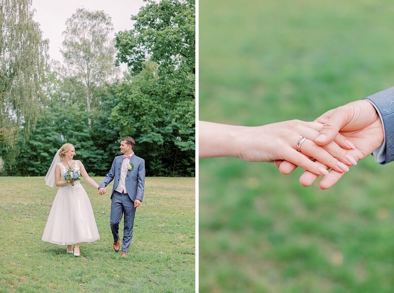 Brautpaar läuft über Wiese und Nahaufnahme der Hände