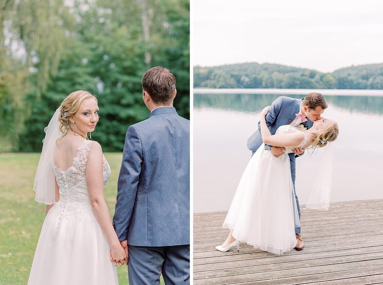 Brautpaar auf Wiese und vor See