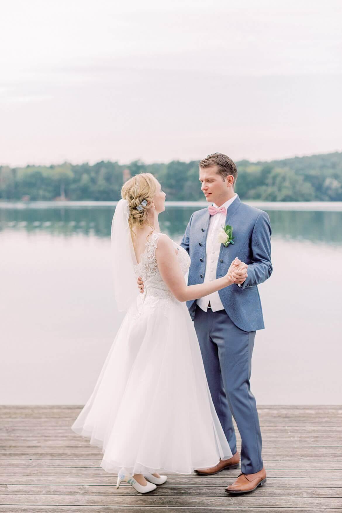 Brautpaar tanzt auf einem Steg