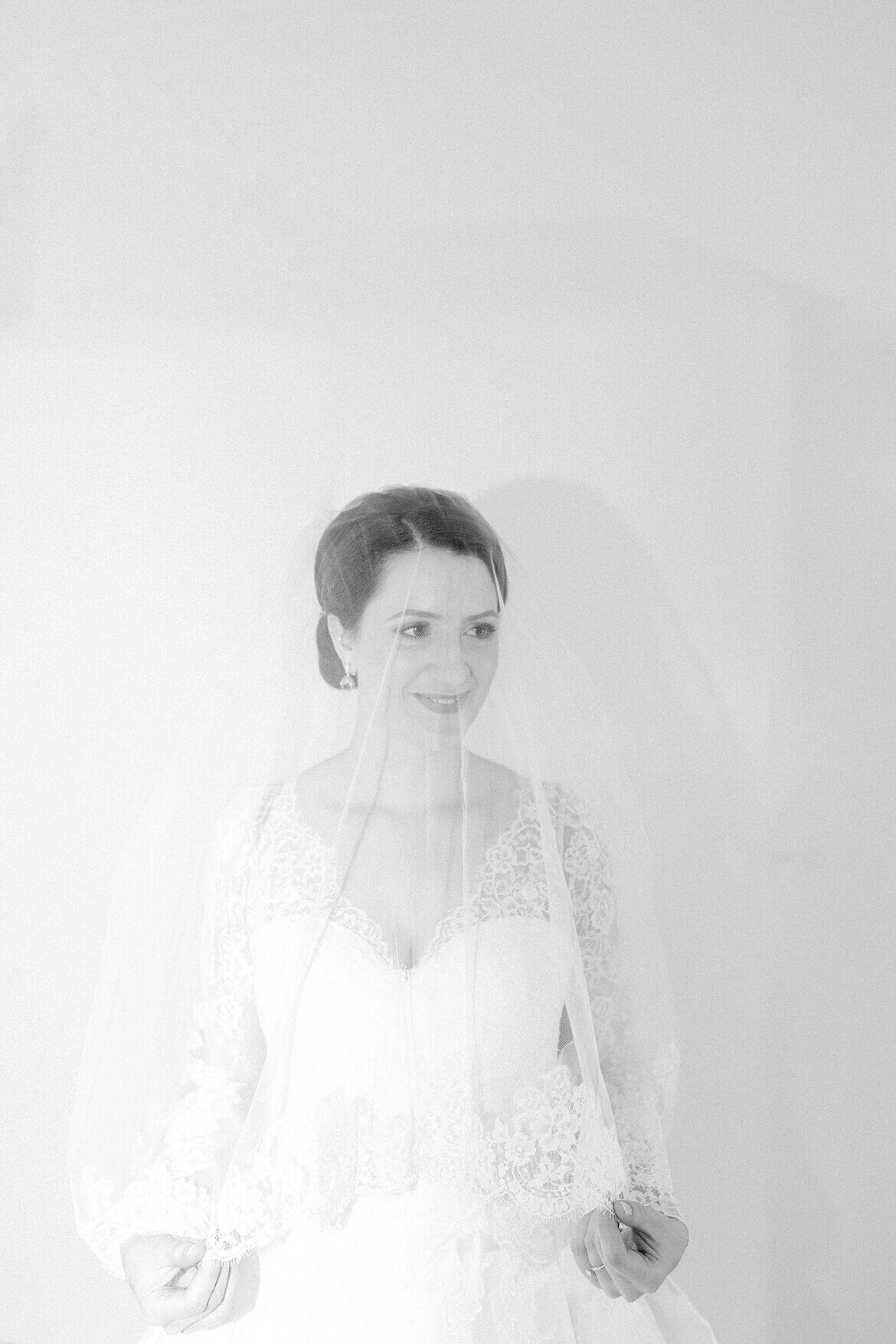 Braut unter Schleier in Schwarz weiß