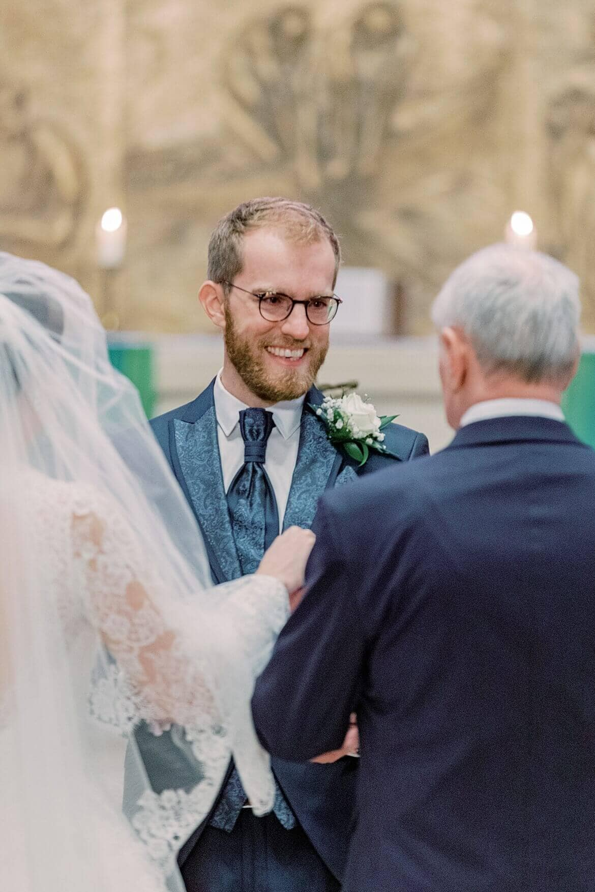 Bräutigam nimmt Braut entgegen