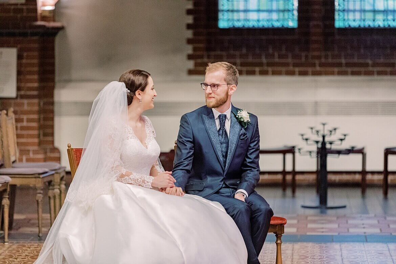Brautpaar in Kirche zur Trauung
