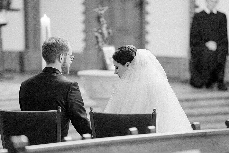Brautpaar in Kirche zur Trauung in Schwarz Weiß