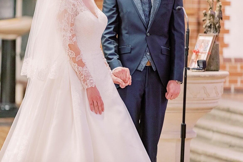 Nahaufnahme von Brautpaar in Kirche