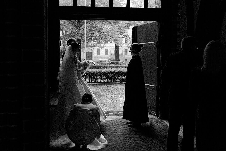 Pfarrerin verabschiedet Brautpaar