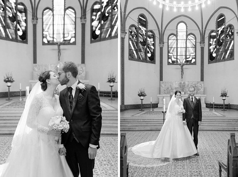 Brautpaar in Kirche in schwarz weiß
