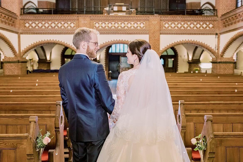 Brautpaar verlässt Kirche