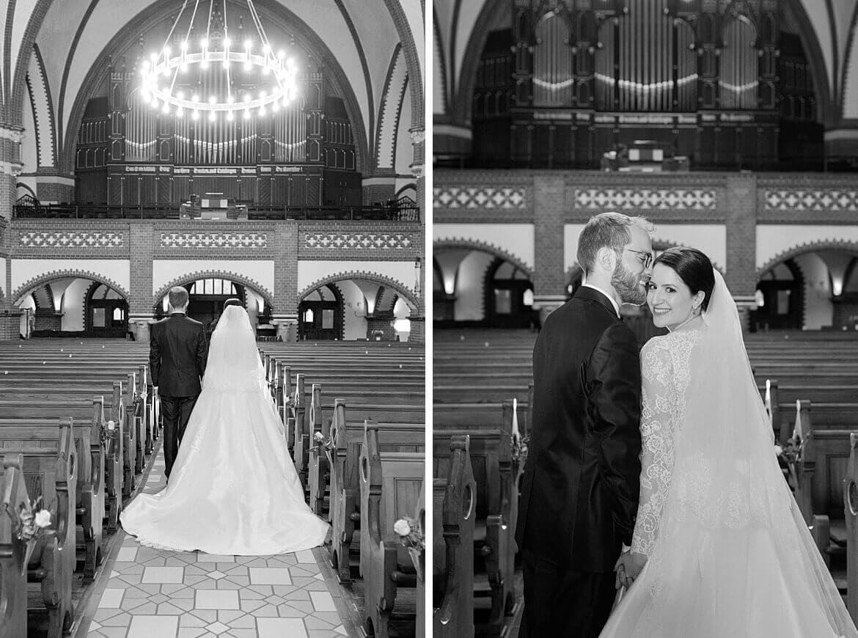 Brautpaar im Kirchgang in Schwarz Weiß