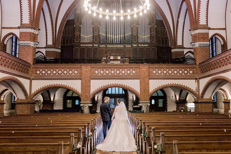 Brautpaar in Kirchgang