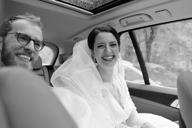 Brautpaar im Auto