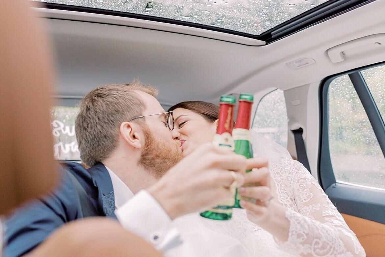 Brautpaar stößt im Auto an