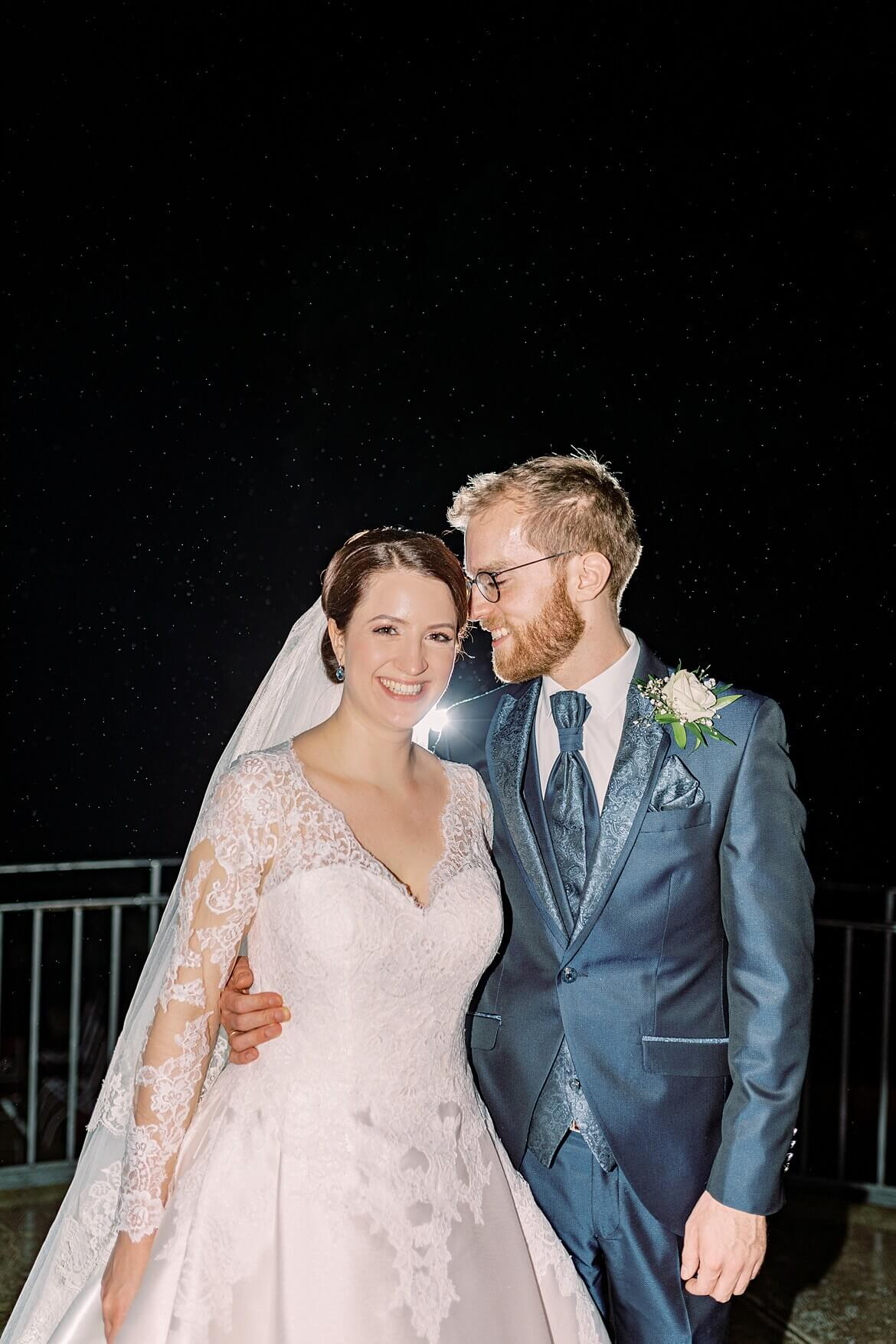 Brautpaar nachts im Regen