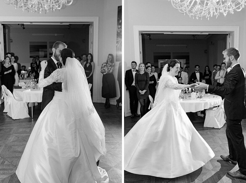 Hochzeitstanz eines Brautpaares in Schwarz Weiß