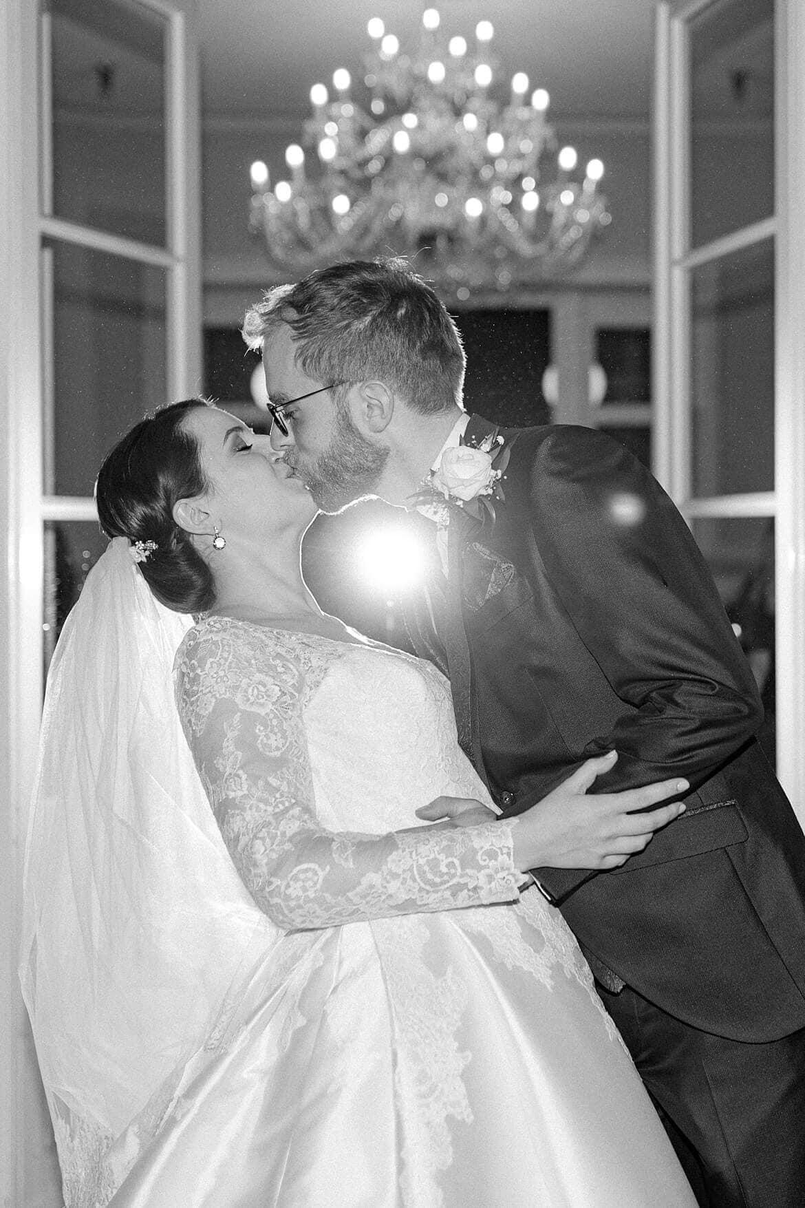 Brautpaar küsst sich im Regen in Schwarz Weiß