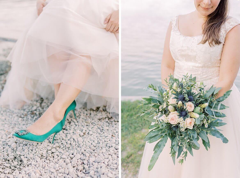 Braut in Manolo Blahnik und Brautstrauß