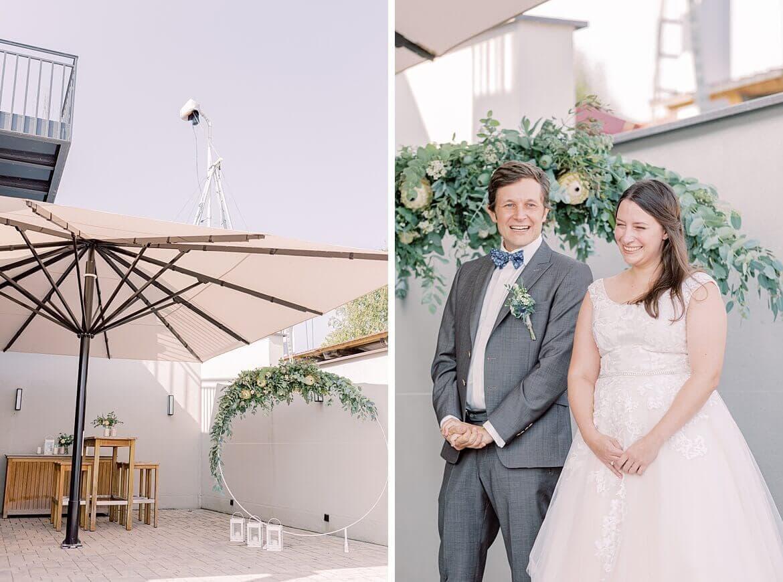 Brautpaar und Traubogen zur freien Trauung