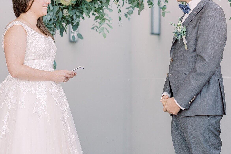 Brautpaar liest sich Eheversprechen