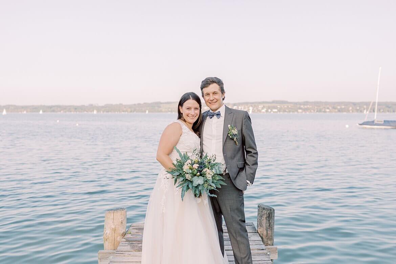 Brautpaar auf Steg am Ammersee